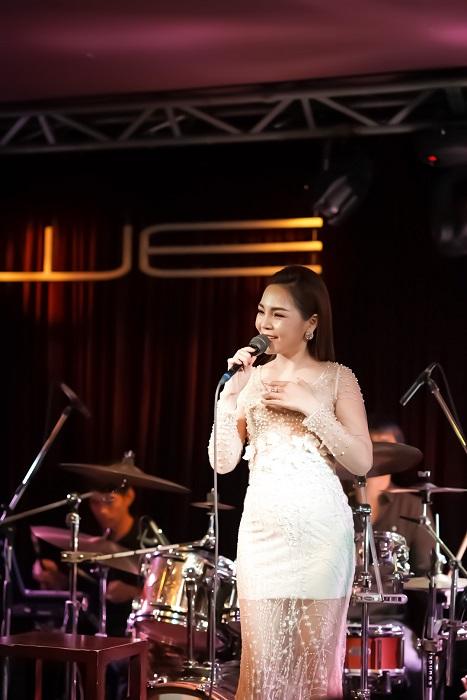 Ca sĩ Lâm Nguyệt Ánh đầy dịu dàng, ngọt ngào thể hiện Qua Cơn Mê trong Minishow Nhạc Tình Muôn Thuở số 19